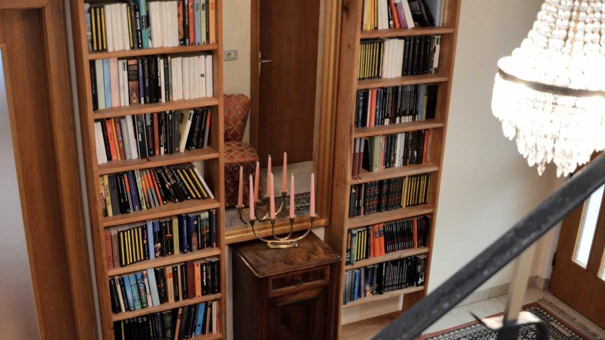 Die Krimibibliothek der Villa Clavenz umfasst zahlreiche Klassiker und aktuelle Titel in deutscher Sprache.
