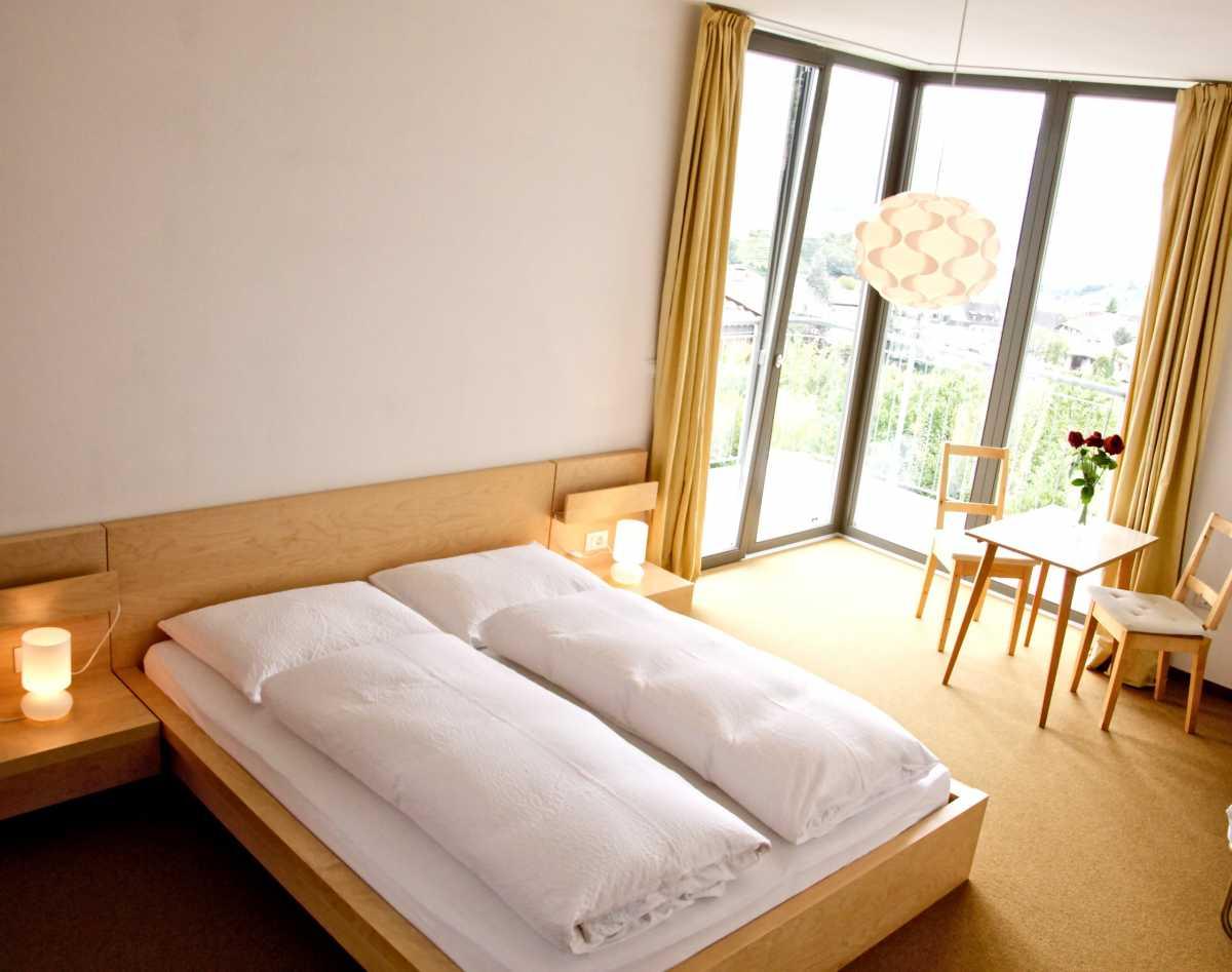 Modern eingerichtete Zimmer in der Villa Clavenz mit Blick über den Kalterer See.