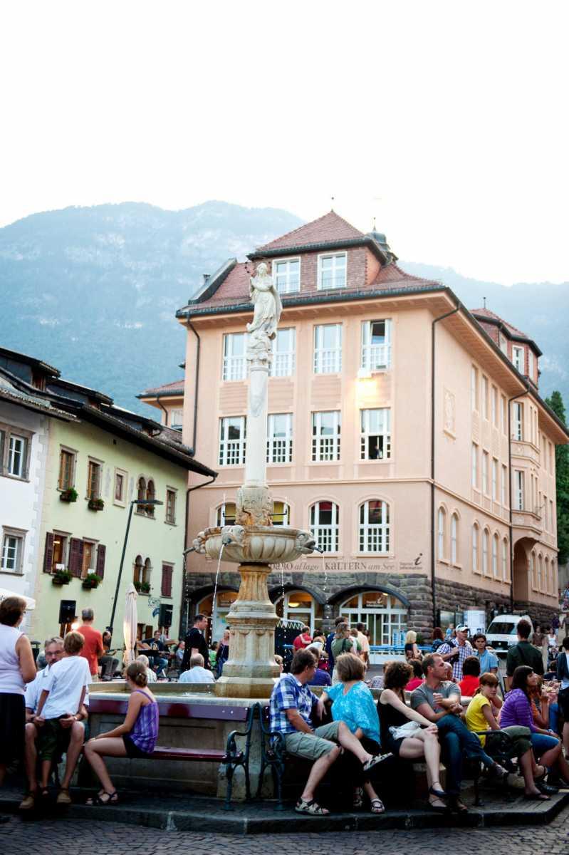 Der Dorfplatz von Kaltern - Die Villa Clavenz am Kalterer See.