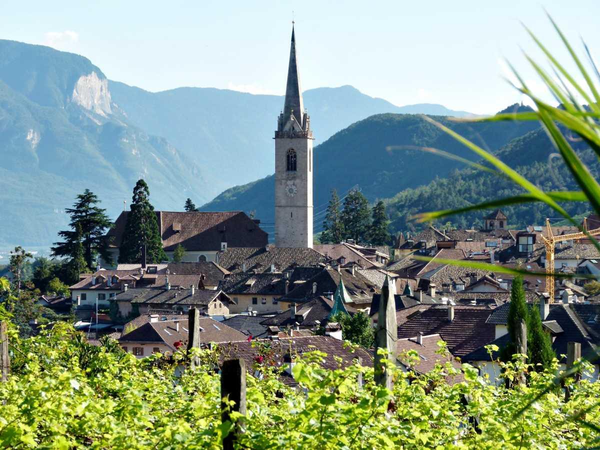 Blick in das Dorf von der Terasse der Villa Clavenz